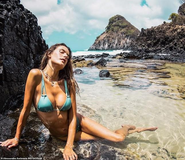 Alessandra Ambrosio nóng bỏng hoang dại với áo tắm nhỏ xíu ảnh 1
