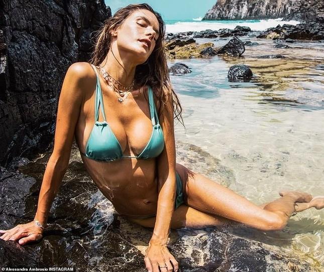 Alessandra Ambrosio nóng bỏng hoang dại với áo tắm nhỏ xíu ảnh 2