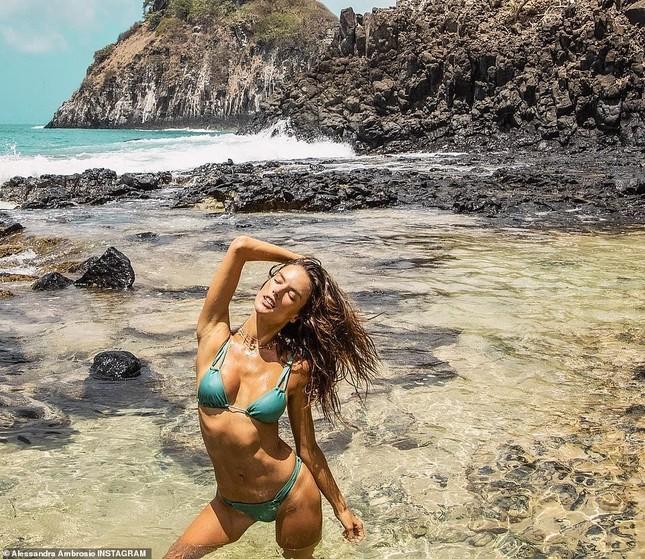 Alessandra Ambrosio nóng bỏng hoang dại với áo tắm nhỏ xíu ảnh 3