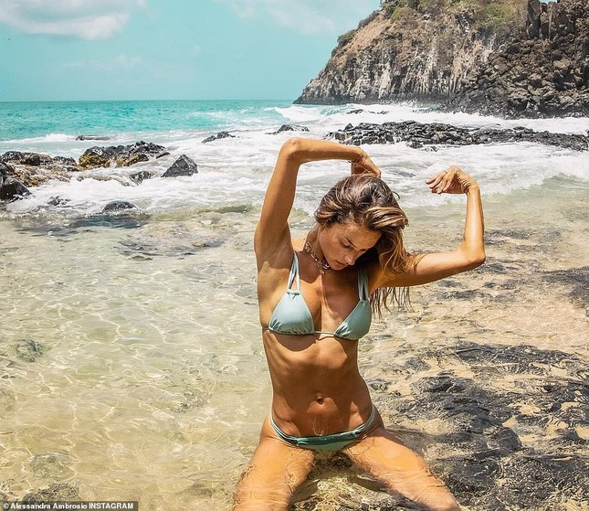 Alessandra Ambrosio nóng bỏng hoang dại với áo tắm nhỏ xíu ảnh 4