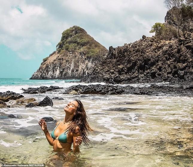 Alessandra Ambrosio nóng bỏng hoang dại với áo tắm nhỏ xíu ảnh 5