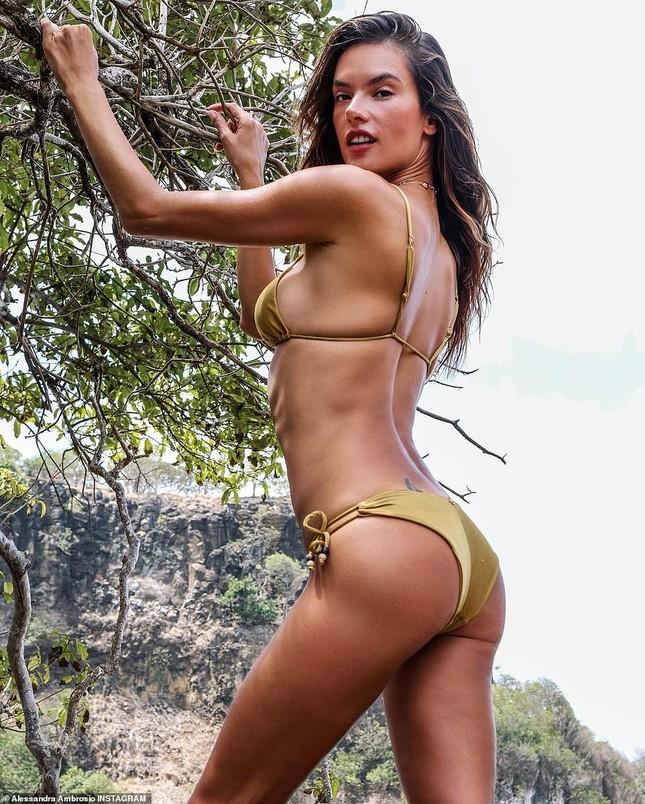 Siêu mẫu Alessandra Ambrosio đẹp ngất ngây với bikini hút hồn phái mạnh ảnh 2