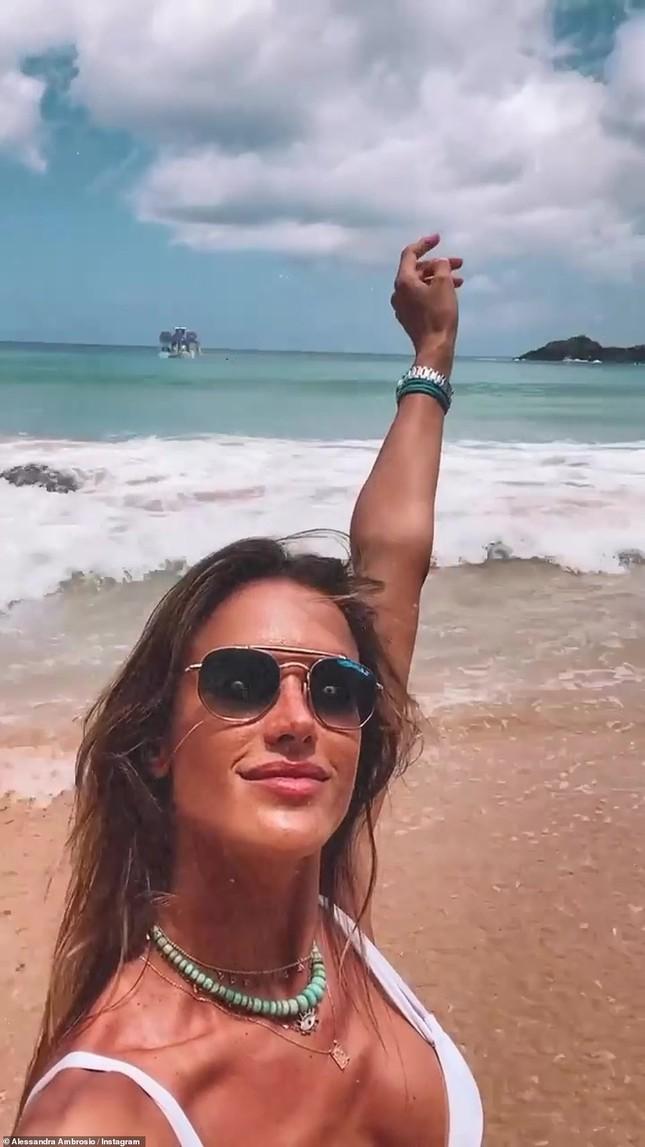 Siêu mẫu Alessandra Ambrosio đẹp ngất ngây với bikini hút hồn phái mạnh ảnh 6