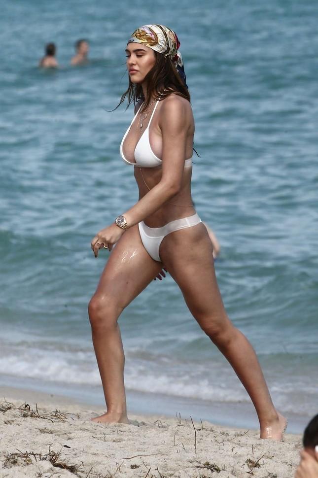 Cô gái 19 tuổi Amelia Hamlin gợi cảm đầy sức sống với bikini ở biển ảnh 3