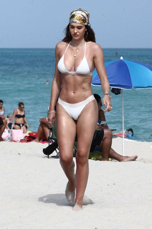 Cô gái 19 tuổi Amelia Hamlin gợi cảm đầy sức sống với bikini ở biển ảnh 6