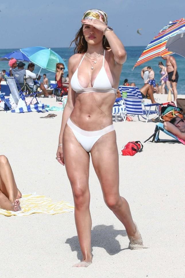 Cô gái 19 tuổi Amelia Hamlin gợi cảm đầy sức sống với bikini ở biển ảnh 7