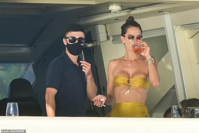 Siêu mẫu Alessandra Ambrosio mặc bikini quây khoe vòng 1 nóng bỏng ảnh 8