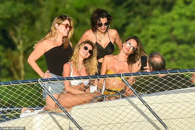 Siêu mẫu Alessandra Ambrosio mặc bikini quây khoe vòng 1 nóng bỏng ảnh 9