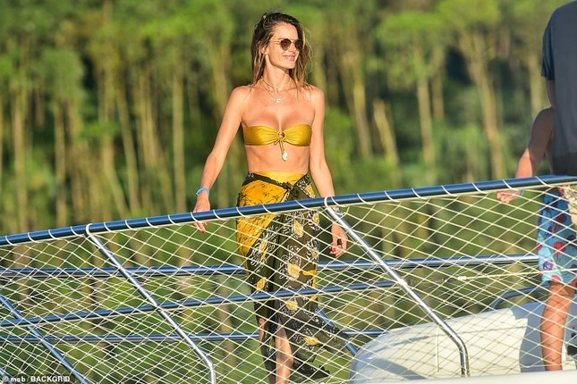 Siêu mẫu Alessandra Ambrosio mặc bikini quây khoe vòng 1 nóng bỏng ảnh 10