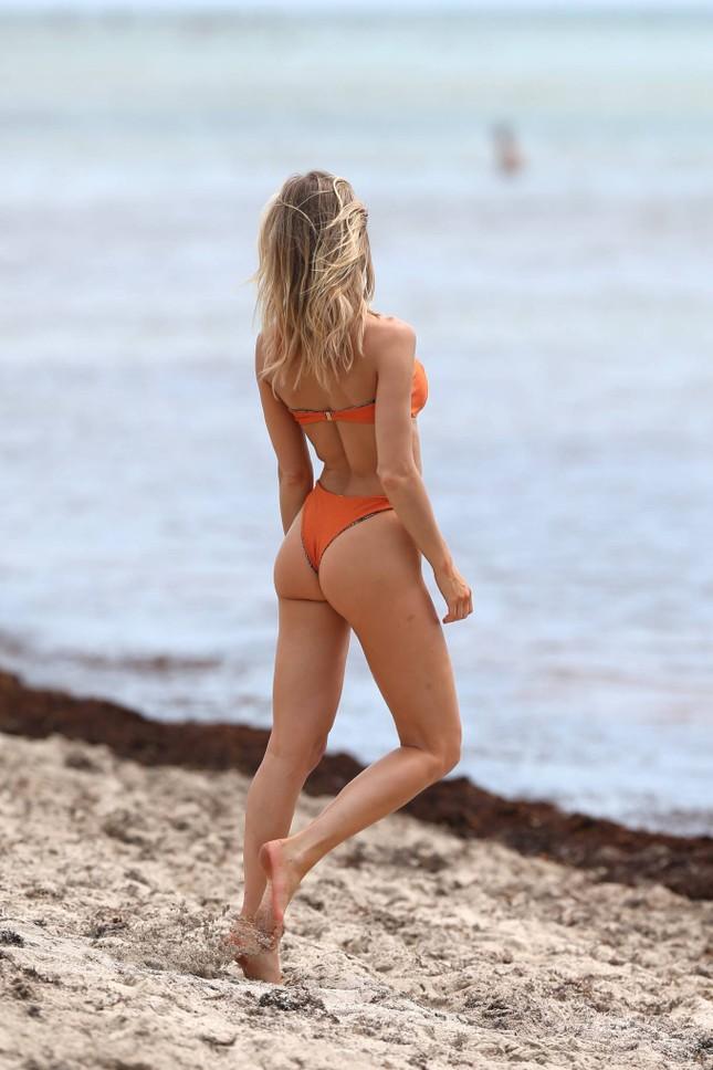 Hậu trường chụp bikini cực nóng bỏng của mẫu 9x Joy Corrigan ảnh 5