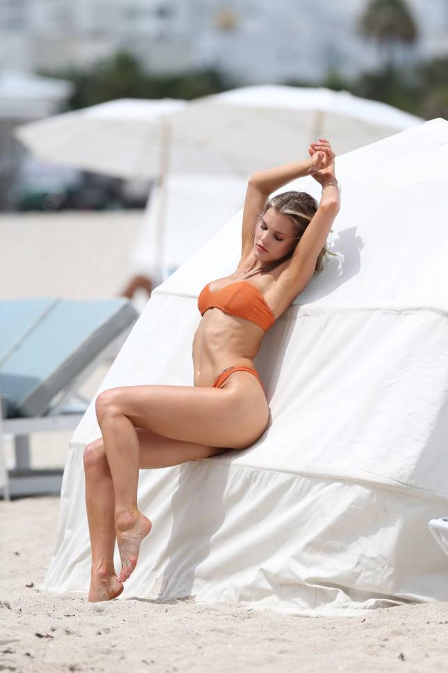 Hậu trường chụp bikini cực nóng bỏng của mẫu 9x Joy Corrigan ảnh 9