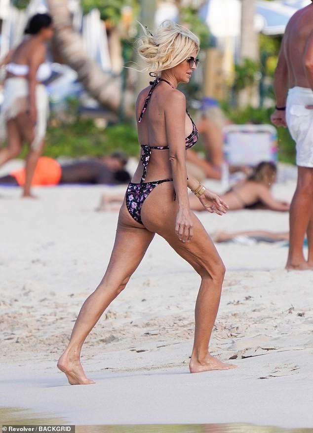 Hoa hậu Thụy Điển Victoria Silvstedt diện bikini cực nóng bỏng ở tuổi U50 ảnh 1