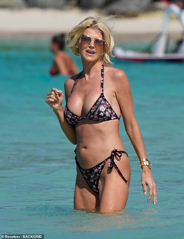 Hoa hậu Thụy Điển Victoria Silvstedt diện bikini cực nóng bỏng ở tuổi U50 ảnh 2