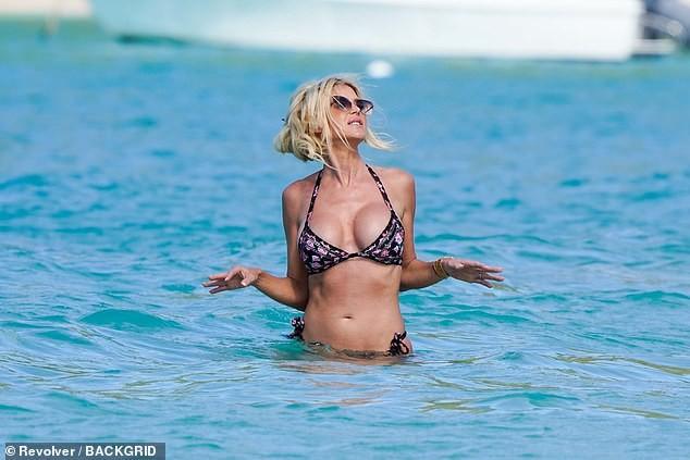 Hoa hậu Thụy Điển Victoria Silvstedt diện bikini cực nóng bỏng ở tuổi U50 ảnh 3