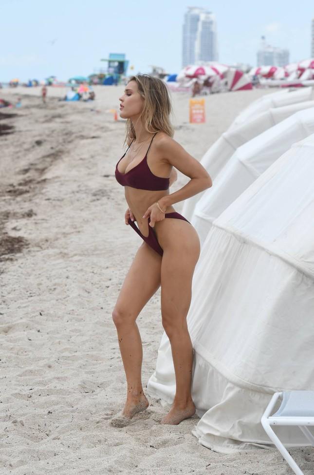Joy Corrigan trình diễn bikini ở biển phô đường cong 'rực lửa' ảnh 11