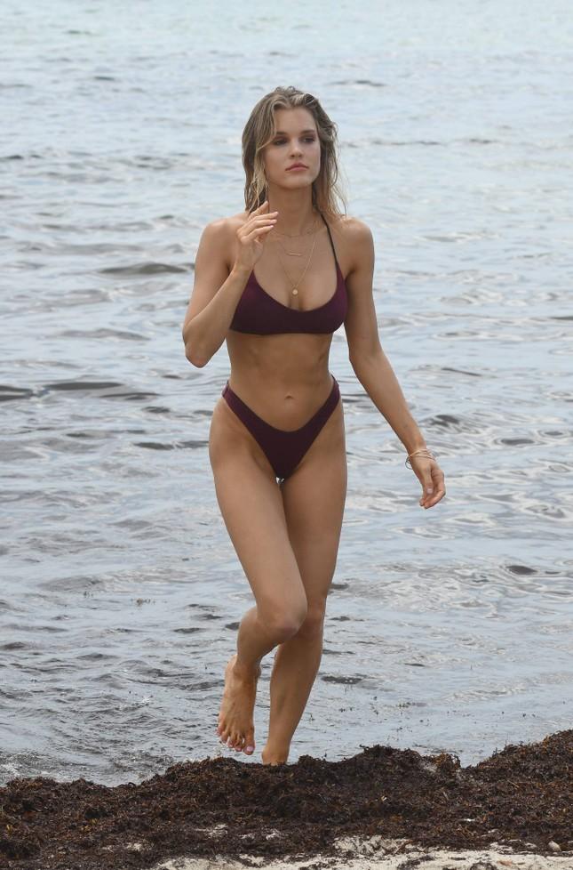 Joy Corrigan trình diễn bikini ở biển phô đường cong 'rực lửa' ảnh 14