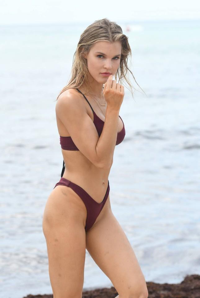 Joy Corrigan trình diễn bikini ở biển phô đường cong 'rực lửa' ảnh 6
