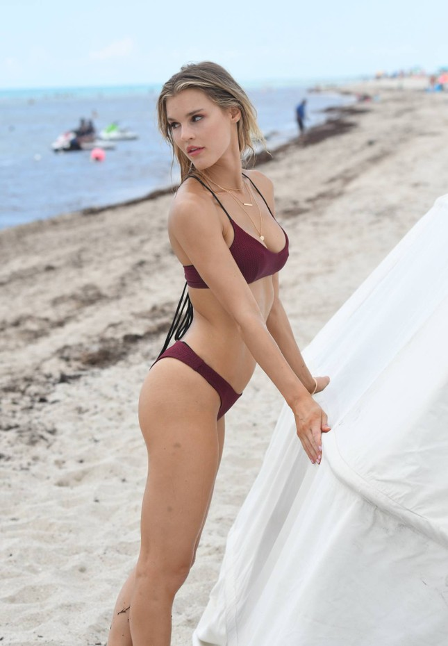 Joy Corrigan trình diễn bikini ở biển phô đường cong 'rực lửa' ảnh 9