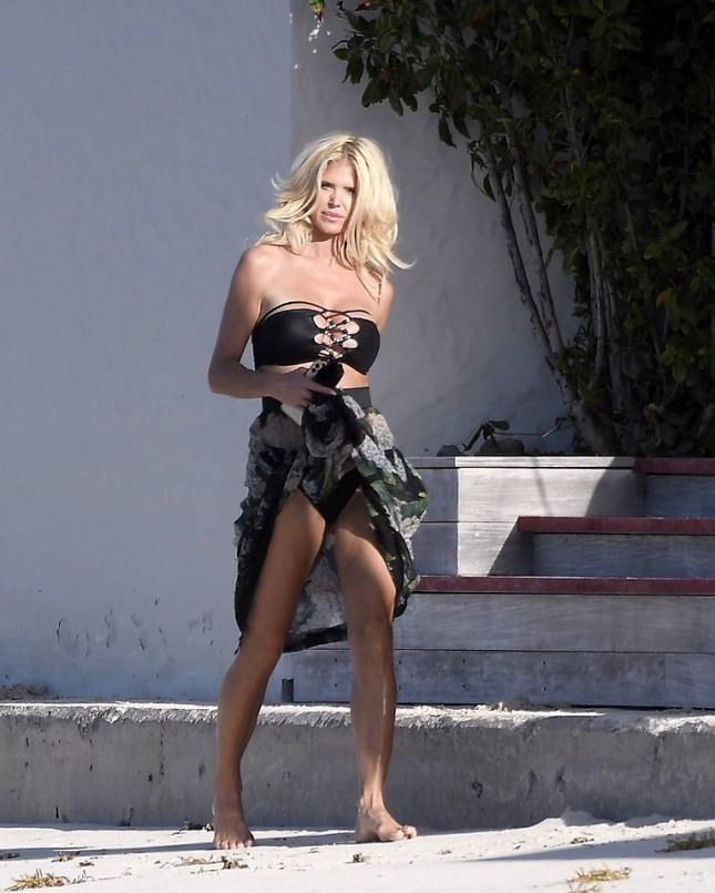 Hoa hậu Thụy Điển Victoria Silvstedt diện bikini cực nóng bỏng ở tuổi U50 ảnh 4