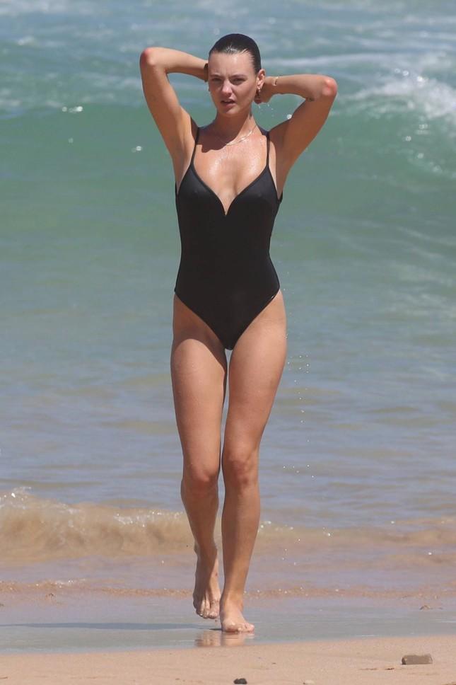 Siêu mẫu Úc Montana Cox ngực trần phơi nắng giữa bãi biển ảnh 3