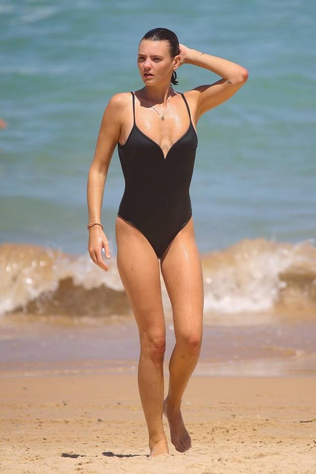 Siêu mẫu Úc Montana Cox ngực trần phơi nắng giữa bãi biển ảnh 4