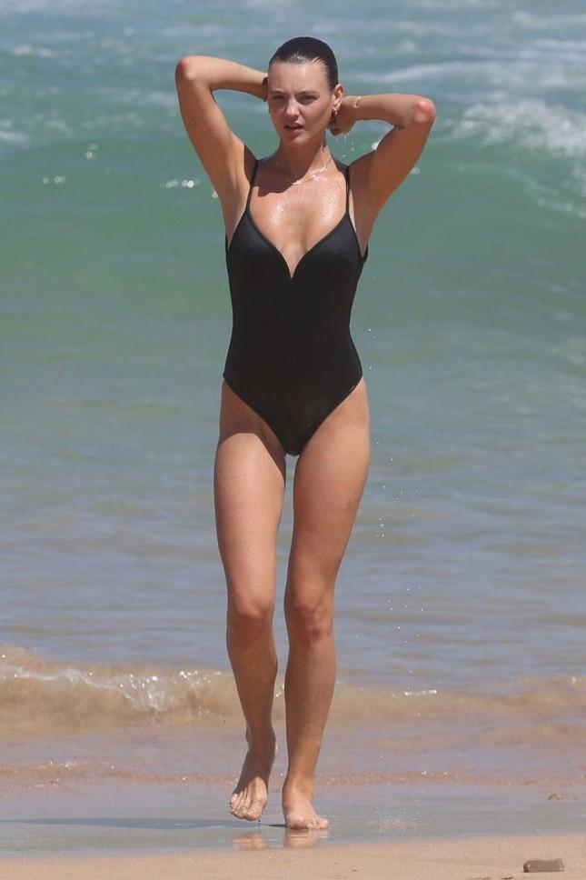 Siêu mẫu Úc Montana Cox ngực trần phơi nắng giữa bãi biển ảnh 5