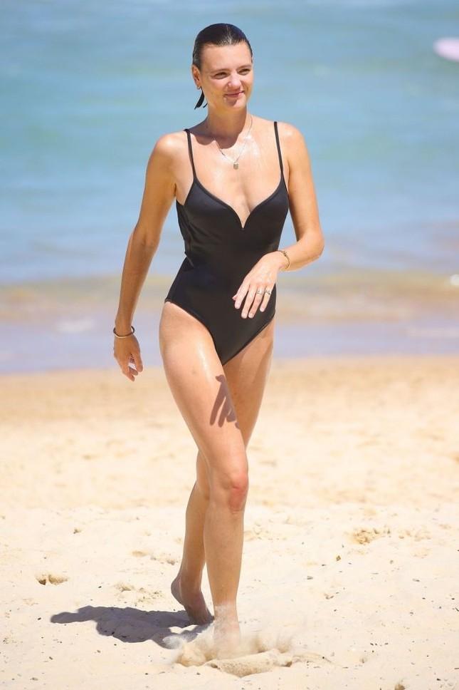 Siêu mẫu Úc Montana Cox ngực trần phơi nắng giữa bãi biển ảnh 6