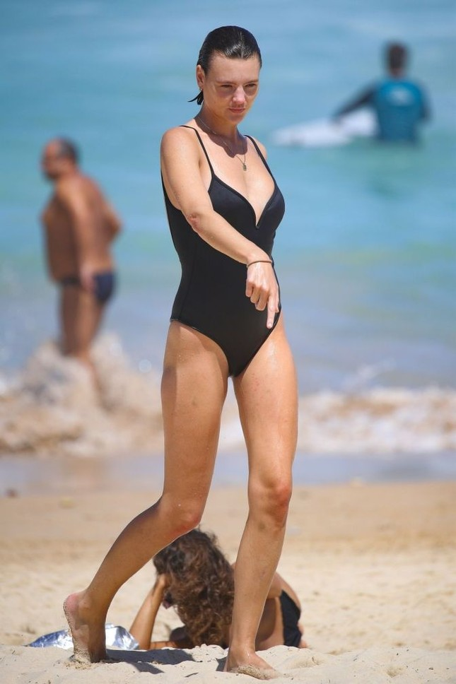 Siêu mẫu Úc Montana Cox ngực trần phơi nắng giữa bãi biển ảnh 7