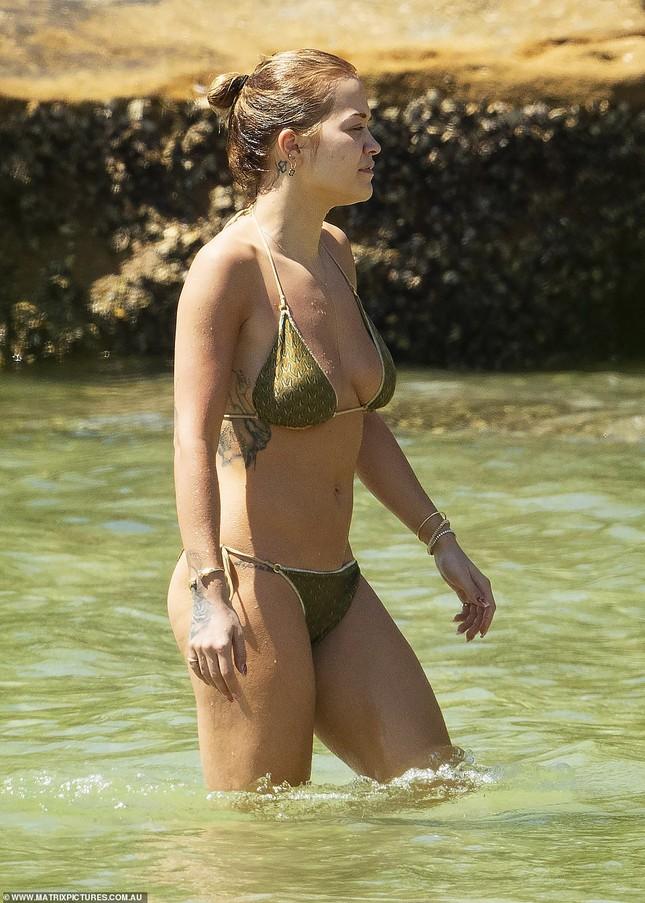 Rita Ora đi biển với trai lạ giữa tin đồn chia tay bạn trai vì COVID-19 ảnh 2
