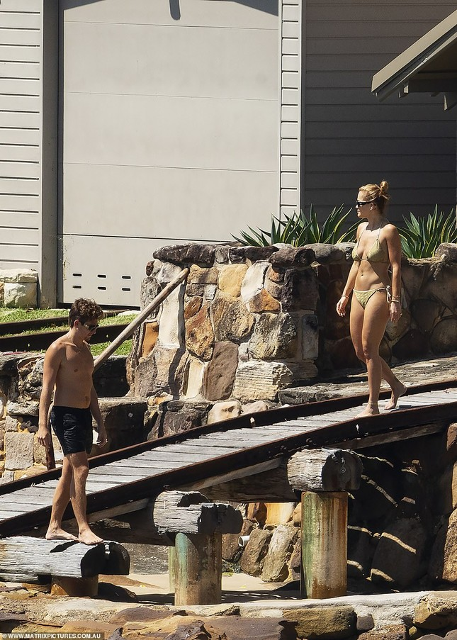 Rita Ora đi biển với trai lạ giữa tin đồn chia tay bạn trai vì COVID-19 ảnh 5