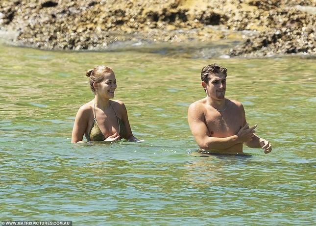 Rita Ora đi biển với trai lạ giữa tin đồn chia tay bạn trai vì COVID-19 ảnh 6