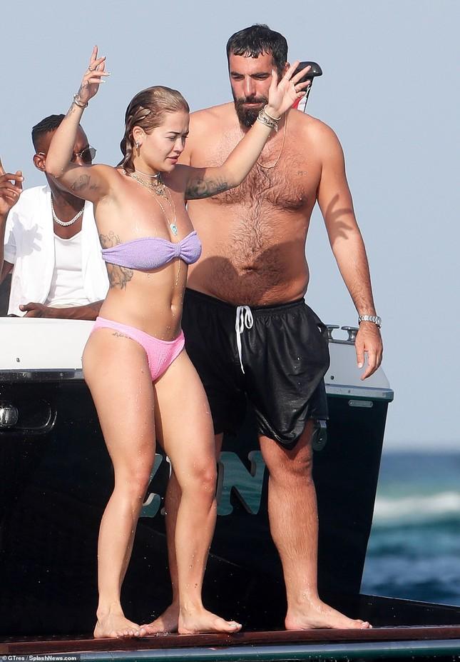 Rita Ora khoe body nảy nở gợi cảm với áo tắm trễ nải ảnh 6