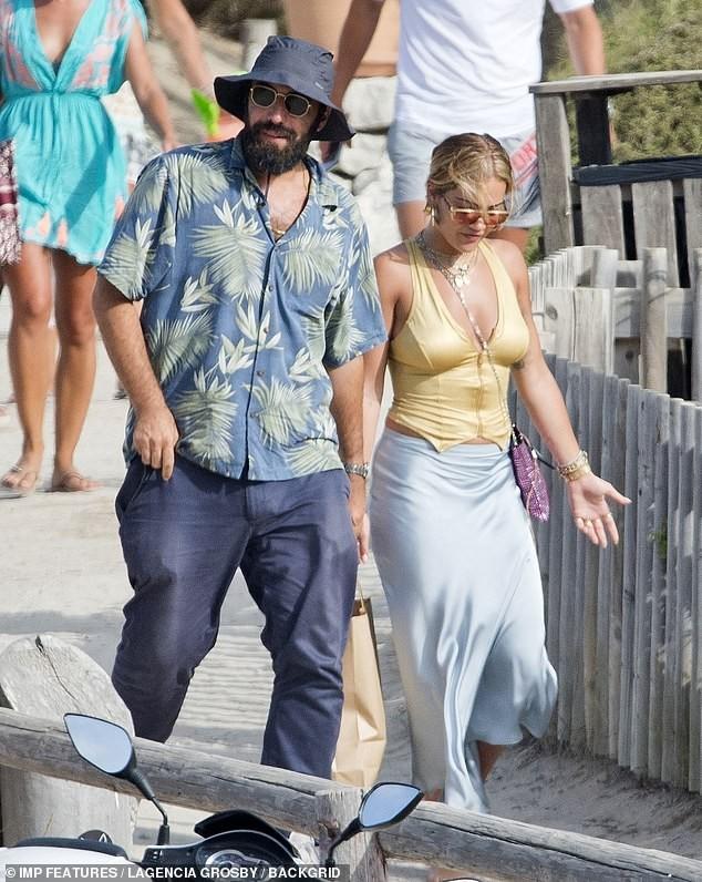 Rita Ora khoe body nảy nở gợi cảm với áo tắm trễ nải ảnh 7