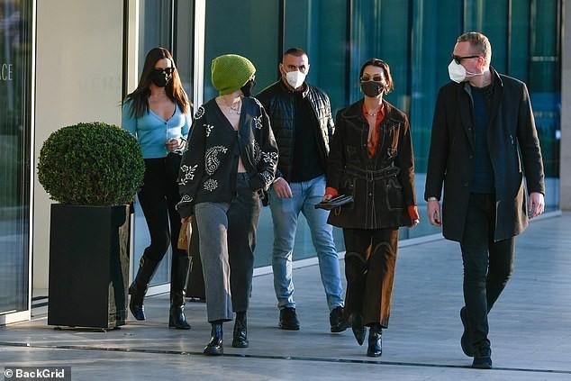 Dàn siêu mẫu đình đám xuất hiện ở 'kinh đô thời trang', đẹp như fashionista trên phố ảnh 1