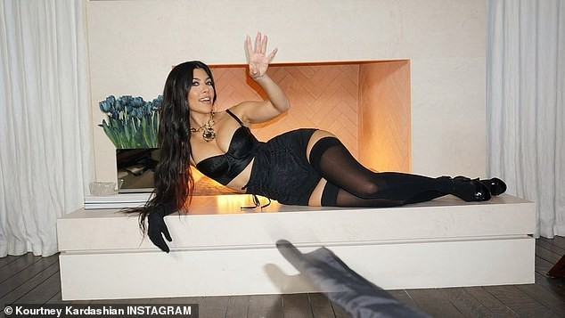 Chị em Kim Kardashian nóng bỏng 'rực lửa' trong show thời trang ảo của Dolce & Gabbana ảnh 7
