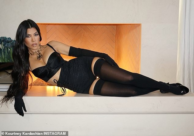 Chị em Kim Kardashian nóng bỏng 'rực lửa' trong show thời trang ảo của Dolce & Gabbana ảnh 8