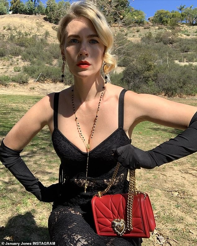 Chị em Kim Kardashian nóng bỏng 'rực lửa' trong show thời trang ảo của Dolce & Gabbana ảnh 11
