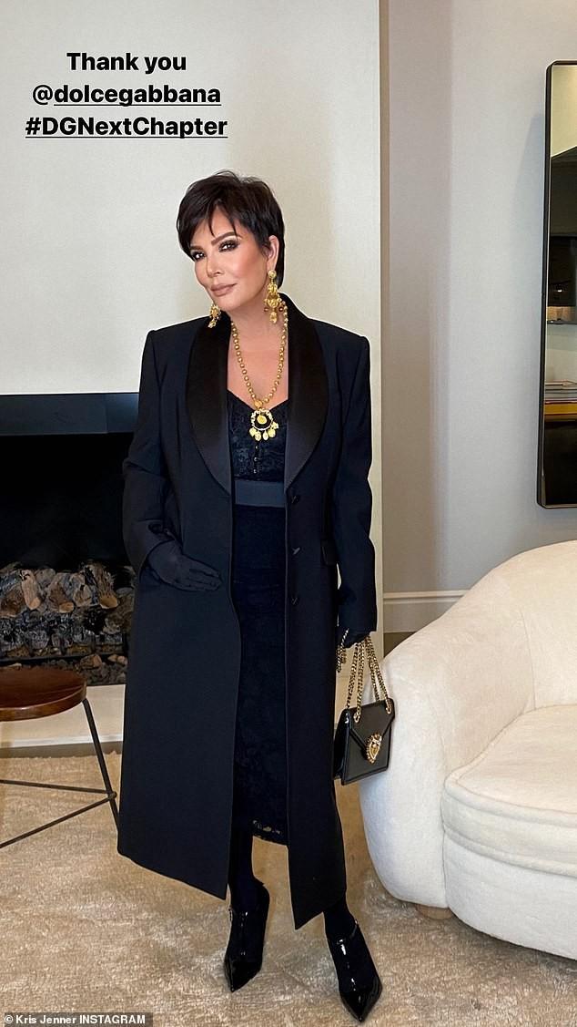 Chị em Kim Kardashian nóng bỏng 'rực lửa' trong show thời trang ảo của Dolce & Gabbana ảnh 9