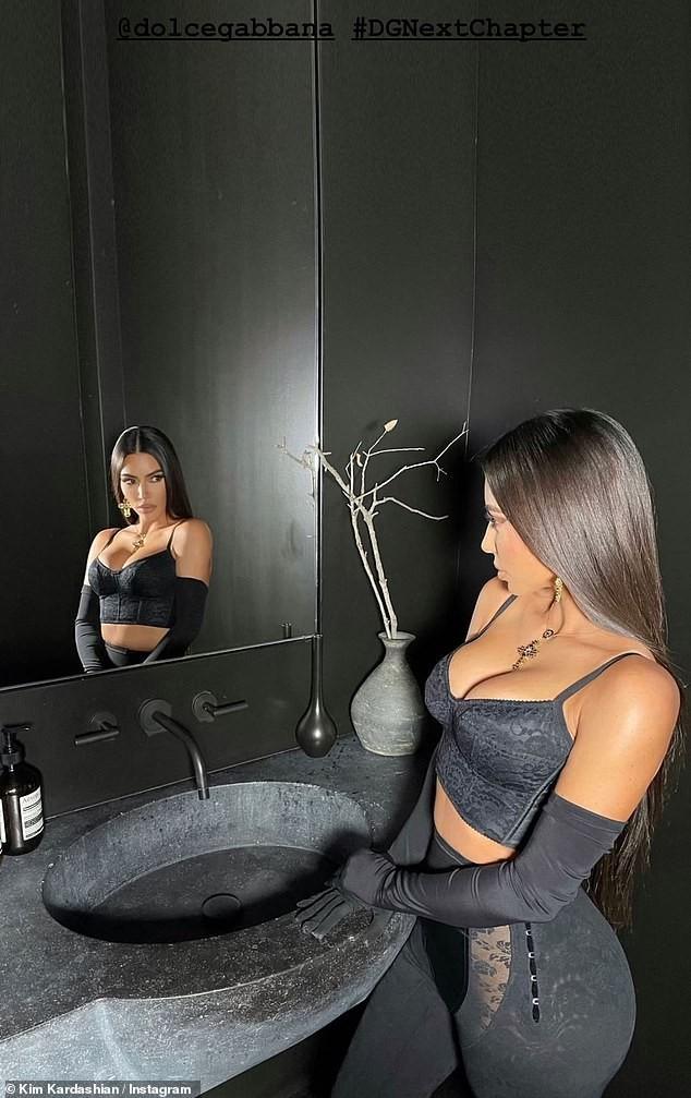Chị em Kim Kardashian nóng bỏng 'rực lửa' trong show thời trang ảo của Dolce & Gabbana ảnh 2