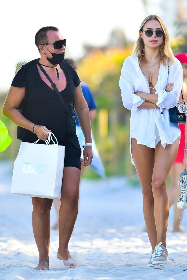 Mẫu áo tắm Kimberley Garner dáng đẹp như tạc tượng với bikini ảnh 4