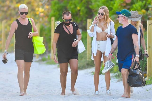 Mẫu áo tắm Kimberley Garner dáng đẹp như tạc tượng với bikini ảnh 5