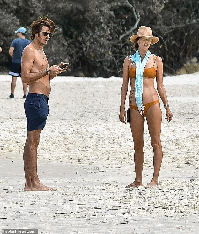 Siêu mẫu Alessandra Ambrosio mặc bra khoe eo săn chắc, tay trong tay trai lạ ảnh 7