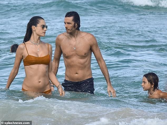 Siêu mẫu Alessandra Ambrosio mặc bra khoe eo săn chắc, tay trong tay trai lạ ảnh 8