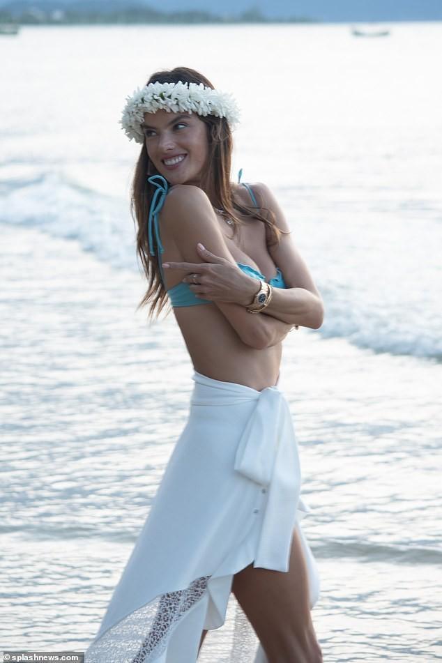 Siêu mẫu Alessandra Ambrosio mặc bra khoe eo săn chắc, tay trong tay trai lạ ảnh 15