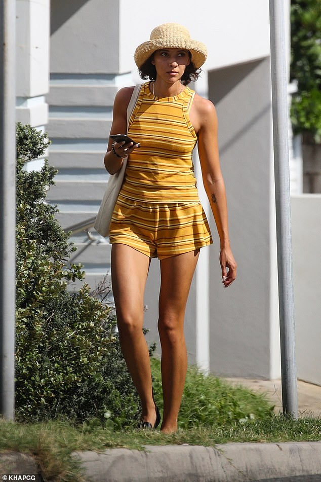 Bạn gái người mẫu của Zac Efron đẹp như tạc tượng ở biển với bikini ảnh 6