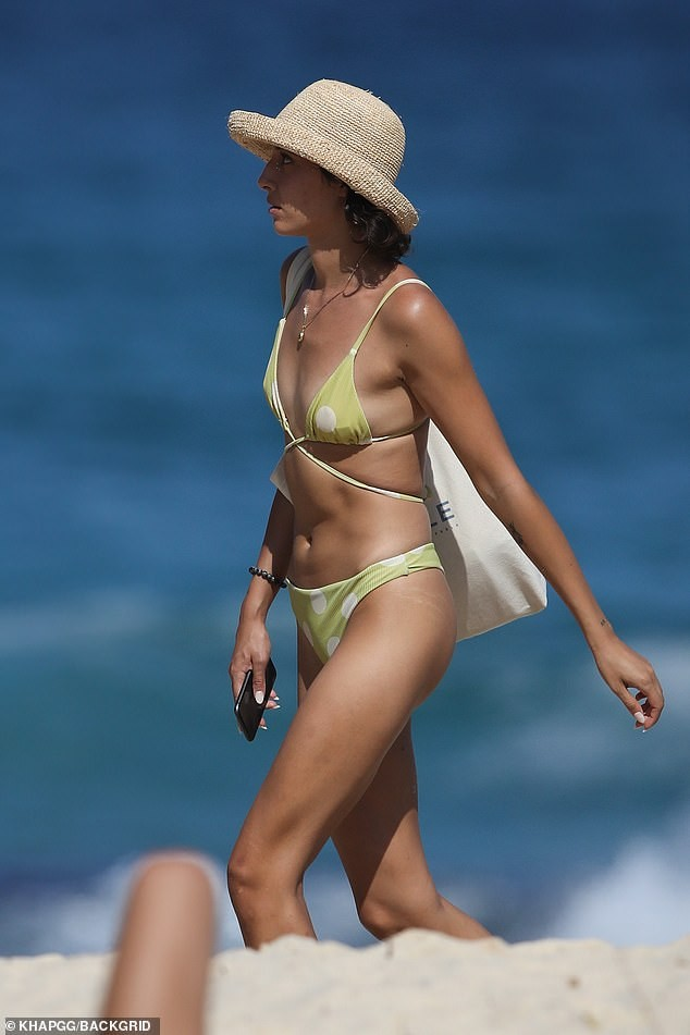 Bạn gái người mẫu của Zac Efron đẹp như tạc tượng ở biển với bikini ảnh 7