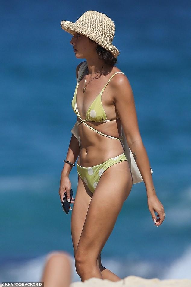 Bạn gái người mẫu của Zac Efron đẹp như tạc tượng ở biển với bikini ảnh 1