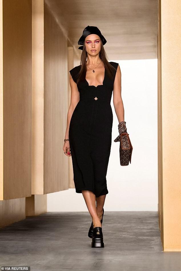 Siêu mẫu Nga Irina Shayk đẹp như nữ thần trên đường băng của Versace ảnh 1
