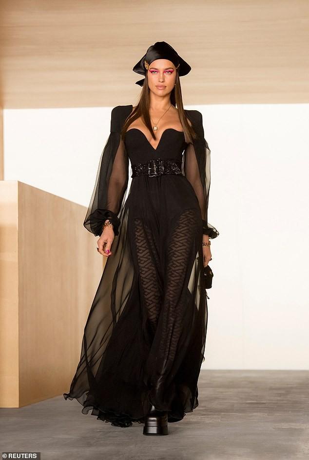Siêu mẫu Nga Irina Shayk đẹp như nữ thần trên đường băng của Versace ảnh 2