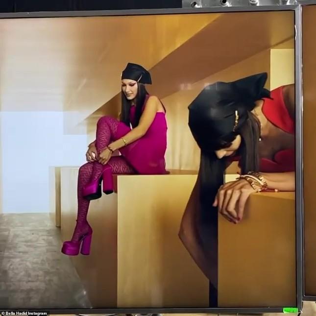 Siêu mẫu Nga Irina Shayk đẹp như nữ thần trên đường băng của Versace ảnh 15
